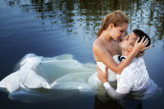 夫妇亲吻爱与激情水结婚 免版税库存图片