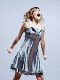 愤怒美丽的女孩尖叫的年轻人 免版税库存图片