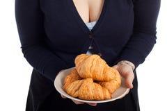 妇女藏品牌照用新鲜的新月形面包 图库摄影