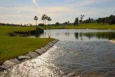 背后照明高尔夫球湖 图库摄影