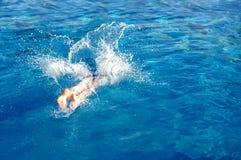下潜池飞溅 免版税库存照片