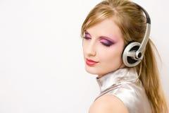 耳机的美丽的电镀流行音乐女孩。 免版税库存图片