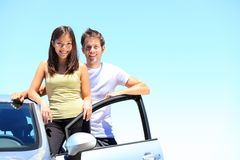 夫妇和新的汽车 免版税库存照片