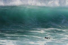 гигантская уединённая волна серфера Стоковая Фотография