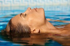 游泳池的少妇 免版税库存图片