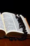 与交叉的基督徒圣经 免版税库存照片