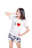 Το κορίτσι ευτυχές εμφανίζει άσπρη μπλούζα με το κείμενο (αγάπη Ι) Στοκ εικόνα με δικαίωμα ελεύθερης χρήσης