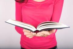 γυναικείο ροζ εκμετάλλευσης βιβλίων Στοκ εικόνες με δικαίωμα ελεύθερης χρήσης