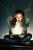 女孩惊奇的片剂 免版税库存图片