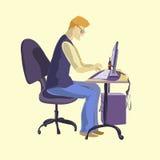 计算机前面他的程序员坐的年轻人 免版税库存图片