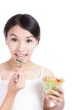 κατανάλωση των νεολαιών χαμόγελου σαλάτας κοριτσιών Στοκ Εικόνες