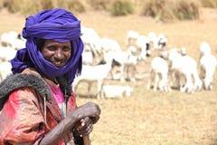成群他的山羊的牧羊人 免版税库存图片
