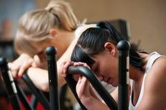 疲乏的妇女在体操方面 库存图片