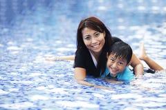 ασιατική κολύμβηση οικογενειακών ευτυχής λιμνών Στοκ εικόνα με δικαίωμα ελεύθερης χρήσης