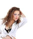 Όμορφη γυναίκα με το μακρύ σγουρό τρίχωμα Στοκ εικόνες με δικαίωμα ελεύθερης χρήσης