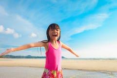 κορίτσι παραλιών λίγα Στοκ εικόνα με δικαίωμα ελεύθερης χρήσης