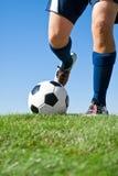 ποδόσφαιρο λακτίσματος Στοκ εικόνες με δικαίωμα ελεύθερης χρήσης