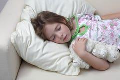 女孩休眠沙发 免版税库存照片