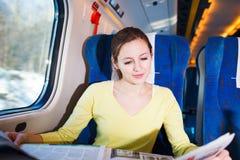 旅行乘火车的妇女 免版税库存图片