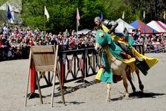 马背中世纪的骑士 免版税库存图片