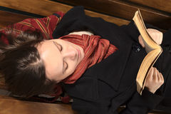 νεολαίες γυναικών ανάγνωσης πάγκων Στοκ Εικόνες