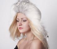 美丽的裘皮帽妇女年轻人 免版税库存照片