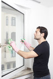 Άτομο που καθαρίζει ένα παράθυρο Στοκ Φωτογραφία