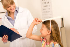女孩高度少许评定儿科医生 图库摄影