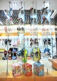 穿上鞋子陈列窗滑冰 免版税库存图片