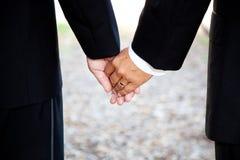 ομοφυλοφιλικά χέρια κινηματογραφήσεων σε πρώτο πλάνο που κρατούν το γάμο Στοκ Φωτογραφίες