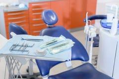 接近的牙齿工具 免版税库存图片