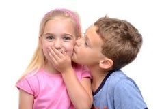 男孩女孩亲吻 免版税库存图片