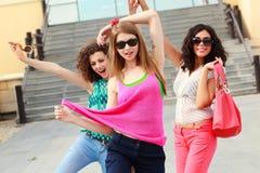 όμορφη διασκέδαση που έχει γελώντας τρεις γυναίκες Στοκ φωτογραφία με δικαίωμα ελεύθερης χρήσης