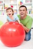 男孩有父亲的乐趣他的小孩 免版税库存图片