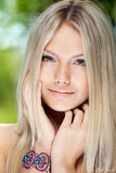 όμορφες νεολαίες γυναικών πορτρέτου χαμογελώντας Στοκ φωτογραφίες με δικαίωμα ελεύθερης χρήσης