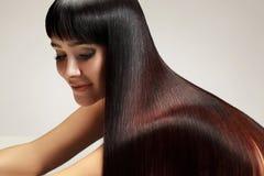 美丽的头发健康长的妇女 免版税库存图片