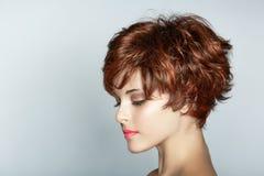 有短的理发的妇女 免版税库存图片