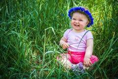 草的逗人喜爱的婴儿婴孩 库存图片