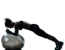 执行健身妇女锻炼的球 免版税库存图片
