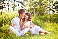 夫妇公园坐少年 免版税图库摄影