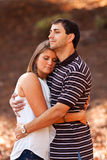 夫妇拥抱爱恋的共用年轻人 免版税库存图片