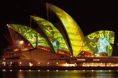 节日房子歌剧生动的悉尼 免版税库存图片