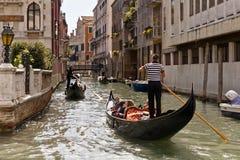 平底船的船夫街道威尼斯 免版税库存照片