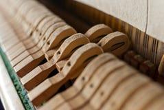 挺直黑色锤子的钢琴 免版税库存图片