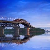 新西兰奥克兰在微明的港口桥梁 库存图片
