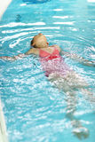 仰泳儿童游泳 免版税库存照片
