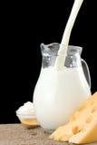 倾吐瑞士木头的干酪牛奶 库存图片