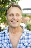 英俊的微笑的成熟白肤金发的人 免版税库存图片