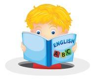 男孩阅读书 免版税库存图片