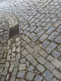 老大卵石石头街道路和下水道 免版税图库摄影